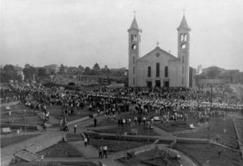 Vista da Praça Willy Barth, em 1968. Ao fundo a Catedral Cristo Rei