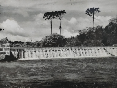 Vista frontal da barragem da Usina em Toledo.
