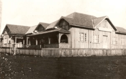 Rua 7 de setembro com a Barão do Rio Branco - 1950. Escritório da Colonizadora Maripá e Agência onde funcionou o Banestado