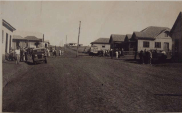 Rua 7 de setembro, entre a Rui Barbosa e Av. São João - 1950. Vê-se o Bar Antártica, Foto Clivatti, Epório Toledo e Escritório da Maripá