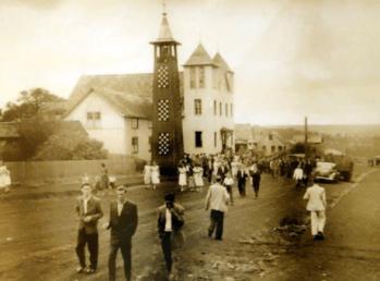 Rua 7 de setembro, entre a Rui Barbosa e São João. Vê-se a primeira Igreja Católica - 1954