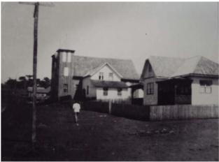 Rua 7 de setembro em 1950. Vê-se a primeira igreja, o Hospital São Paulo e o Colégio das Irmãs